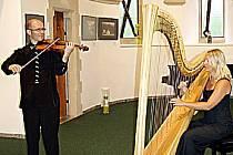 Neopakovatelnou atmosféru a jedinečný hudební zážitek připravili posluchačům dva umělci, přední česká harfenistka Dana Suchanová a houslista Martin Kos.