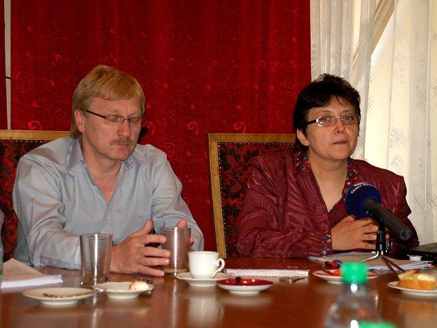 JEDNALI SPOLEČNĚ. Na první schůzi lokálního partnerství vládní Agentury pro sociální začleňování v romských lokalitách se na chebské radnici sešla také ministryně Džamila Stehlíková a chebský starosta Jan Svoboda.
