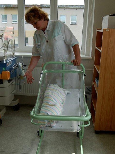 Nové postýlky pro novorozence v chebské nemocnici