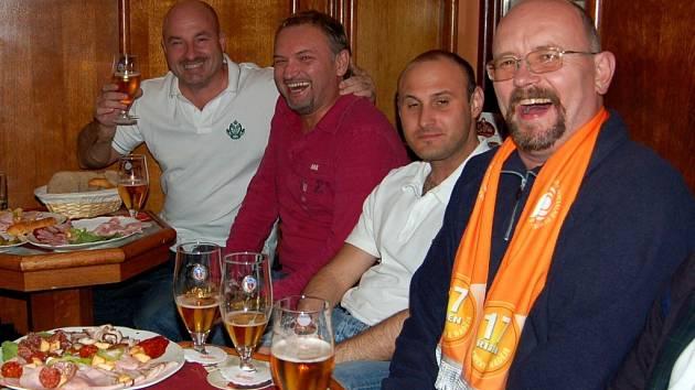 NEZÁVISLÝ KANDIDÁT DO SENÁTU IVO MLÁTILÍK (na snímku vlevo) slavil  dosavadní volební úspěch spolu s přáteli ve františkolázeňské kavárně na Národní třídě.