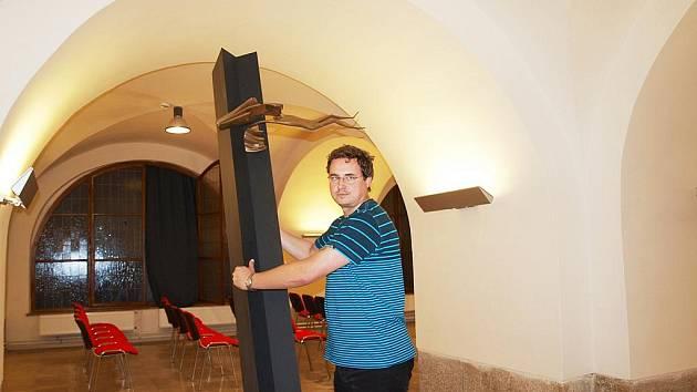 POZLACENÁ SOCHA IKARA V PÁDU! Jiří Gordon, vedoucí odborného oddělení Galerie výtvarného umění v Chebu, ukázal, jak vypadá artefakt, který se bude instalovat před vstup do kaple na chebském hřbitově. Jde o kovový sloup vysoký 240 centimetrů s pozlacenou s