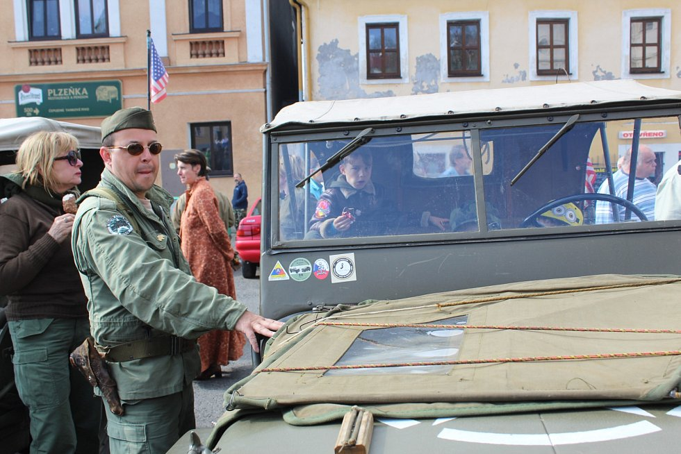 ORIGINÁLNÍ BOJOVÁ TECHNIKA projela v rámci oslav 72. výročí osvobození Karlovarským krajem. Zastávku si military convoy udělal tradičně i v Teplé, kde si všichni mohli vozidla prohlédnout.
