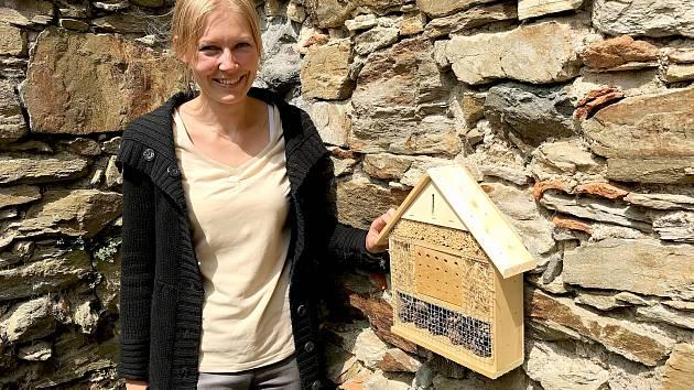Na chebském hradě rádi vidí nejen lidské návštěvníky, ale i hmyz a drobné živočichy. Zástupkyně kastelána Markéta Šedivá ukazuje jeden z hmyzích domečků, který sem pořídili.