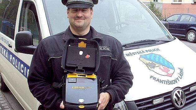 NOVÝ DEFIBRILÁTOR, který je přírůstkem františkolázeňské městské policie, ukázal Bohumil Coufal.