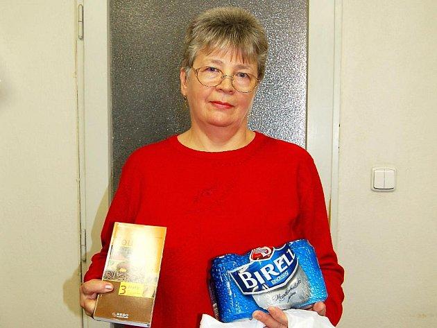 MÁRIA CIBOVÁ Z CHEBU  si z redakce Chebského deníku odnesla ceny za prvenství v houbařské soutěži čtenářů.