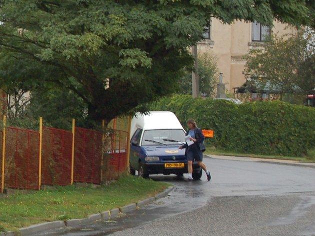 Některé obce budou mít místo kamenné pobočky pošty osobního poštovního doručovatele