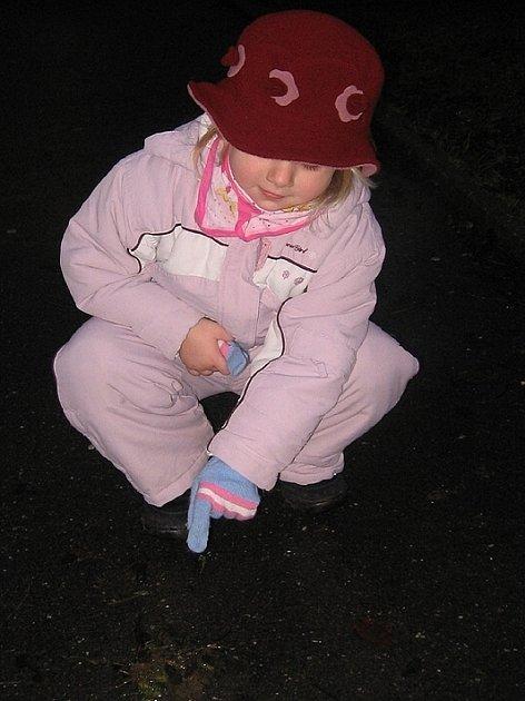 Zejména děti často vyšlápnou to, na co právě ukazuje malá Terezka