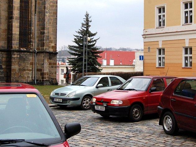 Změněná dopravní situace na Kostelním náměstí v Chebu  stále mnoha řidičům vadí. Navrhují obrátit směr jízdy ve zdejší jednosměrce