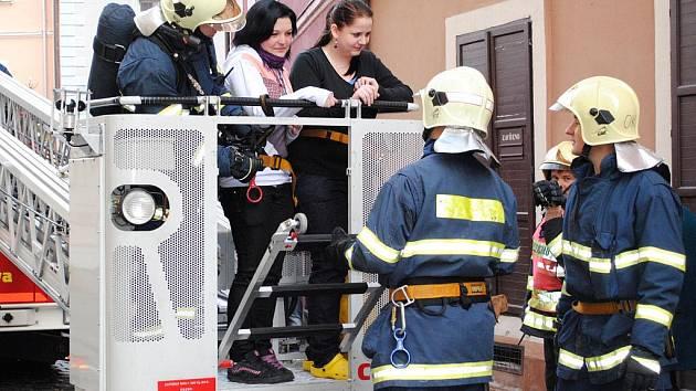 Hasiči cvičně evakuovali studenty z chebské zdravotnické školy.