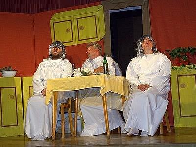 CO SE STANE, když do rodiny zasáhnou mocnosti nebeské, se dozvěděli návštěvníci Hranického divadelního léta.