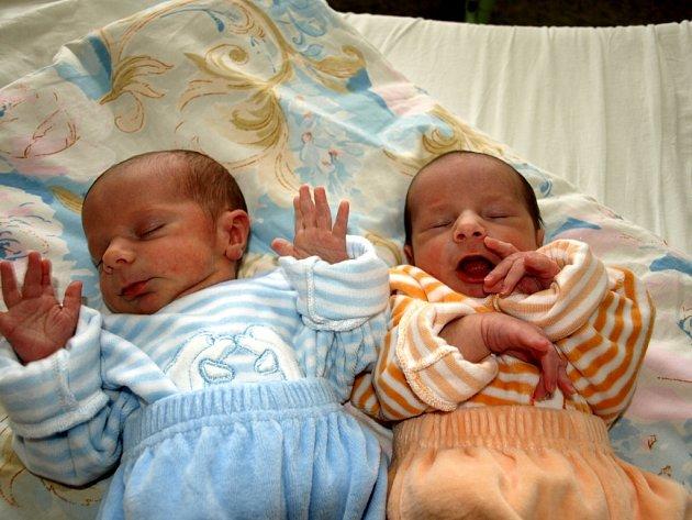 KAREL A JAROSLAV SLIŠKOVI se narodili ve čtvrtek 30. října v 9.34 a v 9.35 hodin. Kája při narození vážil 2500 gramů a měřil 46 centimetrů. Jaroušek vážil 2620 gramů a měřil 46 centimetrů.
