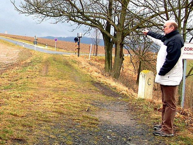STAROSTA LIPOVÉ PETR KLÍR ukazoval, z jaké chatrné cestičky by se měl stát hraniční přechod pro vozidla.