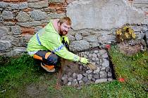 HISTORICKOU KAMENNOU dlažbu a předpokládané středověké etážové pohřebiště se podařilo nalézt archeologům z Muzea Cheb u zámku v Hazlově.