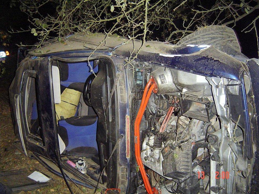 ZAJIŠTĚNÍ HAVAROVANÉHO VOZU proti požáru provedli ašští profesiionální hasiči. Podle jejich  mluvčí Aleny Ryvolové také pomáhali vůz vyprostit.