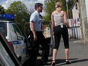 Chebští strážníci při kontrole v Pražské ulici