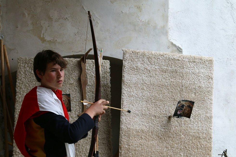 Rytíři, královna s králem, středověcí umělci a tradiční kuchyně zdobila v sobotu Hrad Seeberg.