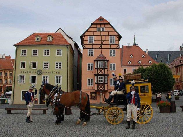 Příjezd poštovního dostavníku na chebské náměstí Krále Jiřího z Poděbrad