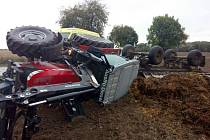 Traktor s valníkem se převrátil nedaleko obce Milíkov