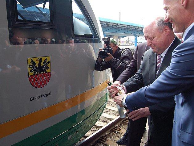 Desetiletou spolupráci německého dopravce Vogtlandbahn a Českých drah (ČD) připomnělo slavnostní odhalení znaku města Cheb na vlakové soupravě Desiro na chebském nádraží.