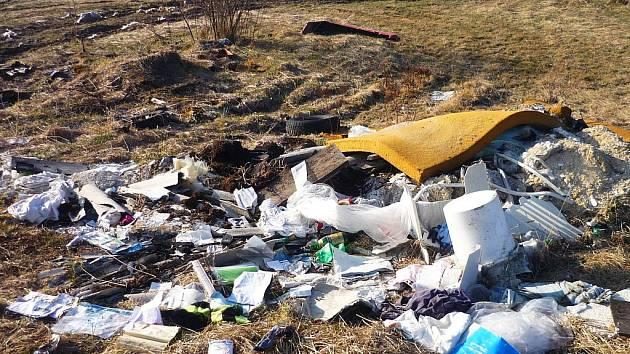 NA VZNIKAJÍCÍ černé skládce stavební suti v Hradišti u Chebu našli strážníci kromě dalších odpadků také faktury a dokumenty, které možná povedou k odhalení pachatele.