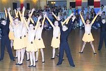 amozřejmě nechyběla ani domácí taneční formace z Taneční školy Vladimíra Hány z Chebu (na snímku) . Ta v dětské kategorii v plesových  formacích zvítězila bez ztráty kytičky.
