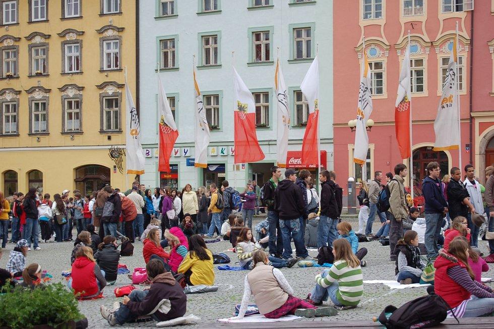Před jedenácti lety se na chebském náměstí vyfotilo najednou 950. lidí.