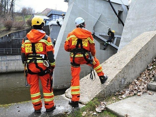 V kulisách hrázního tělesa přehrady Skalka v Chebu se uskutečnilo speciální cvičení hasičů-lezců.