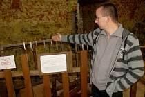 KASTELÁN CHEBSKÉHO  HRADU Tomáš Dostál ukázal místo, kde neznámý chmaták odcizil historické repliky zbraní.