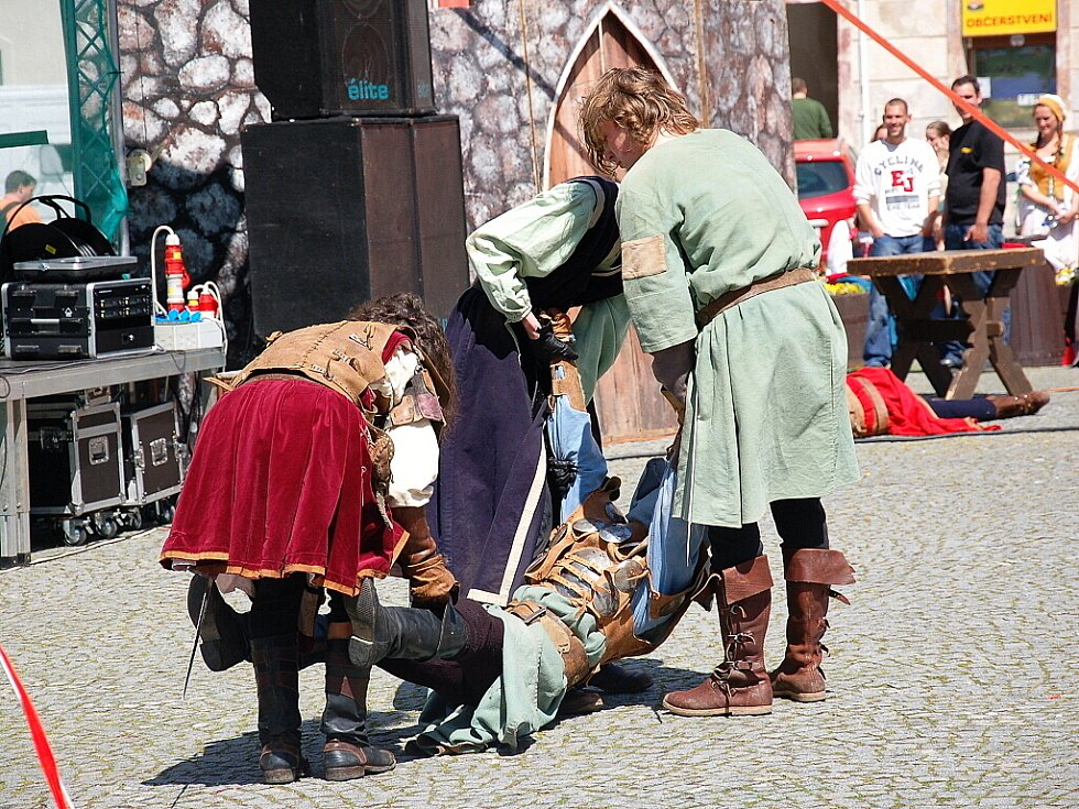Stovky lidí se přišly podívat na zahájení turistické sezóny v Chebu 2012. Na oslavách vystoupila i chebská skupina scénického šermu Rectus.