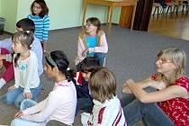 Děti sledovaly příběh berušky Milušky s napětím.