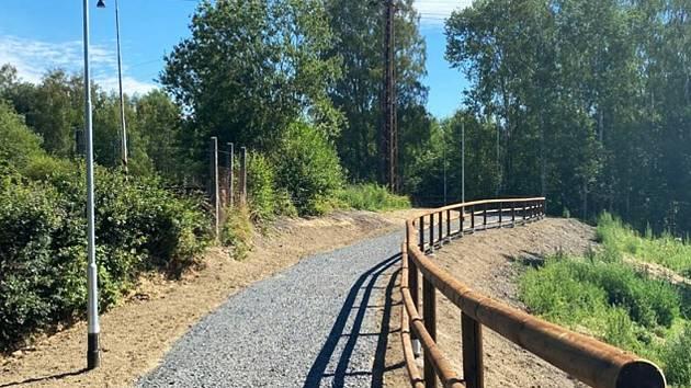 Před umístěním asfaltu museli odborníci povrch na cyklostezce upravit.