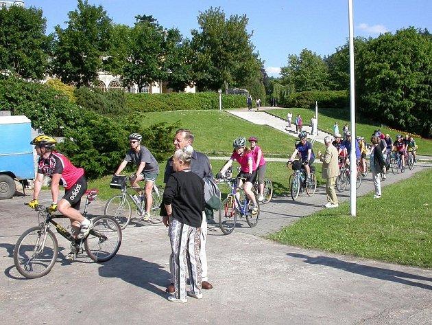 Cyklisté v lázeňském parku v Mariánských Lázních.