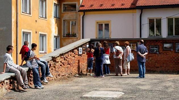Festival Chebské dvorky láká návštěvníky do mírně řečeno neobvyklých míst.