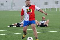 Utkání k slavnostnímu otevření umělého trávníku na hřišti FC Cheb odehrál v dresu zastupitelú i Mikuláš Gangur