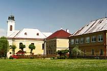 V obci Milíkov stával v dávné historii zámek, ke kterému patřila hospodářská stavení. Zámecká kaple s rodinnou hrobkou se nacházela stranou zámku a byla osmistěnná.