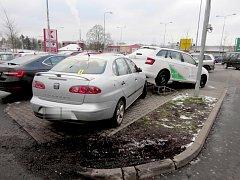 Řidič naboural v Mariánských Lázních předváděcí vůz.