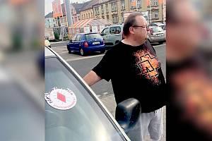 JAN VONDRÁK Z CHEBU dostal na přední sklo svého auta vulgární vzkaz.