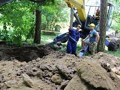 První metry vstupu do podzemí vyhaslé sopky se podařilo horníkům vykopat. Další desítky metrů na ně čekají.