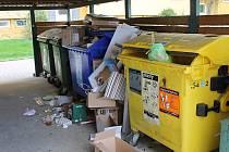 U kontejnerových stání nechávají lidé v Chebu čím dál větší nepořádek.