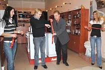 Milan Juříček (vpravo) a chebský starosta Jan Svoboda slavnostně otevřeli kamenný obchod Chráněných dílen ProPos. V této společnosti našlo práci už 17 handicapovaných.