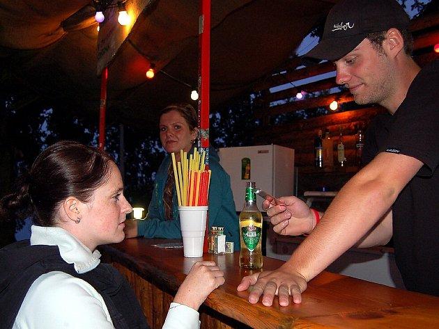 Barman Tomáš Pechr kontroluje občanský průkaz jedné z návštěvnic