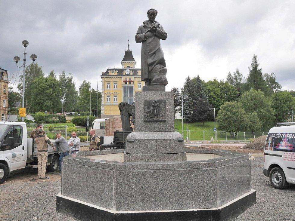 NA NÁMĚSTÍ V AŠI se již tyčí zrestaurovaná socha básníka J. W. Goetha. Na tamní kašnu se vrátila po dlouhých šesti letech.