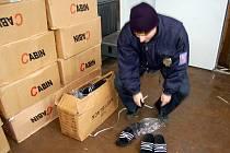 Chebským celníkům se povedl další zásah. Zajistili na 35 tisíc párů padělaných bot značky Adidas