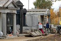 Na chebském hřbitově je v plném proudu oprava starých německých hrobek