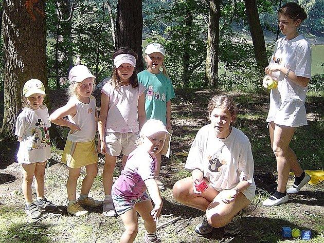 Při dětském putování za Krtečkem musely děti plnit nejrůznější úkoly. Například házet kostky do krtince