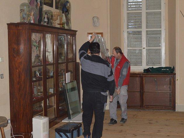 NOVÉ VITRÍNY nainstalovali v zámku Kynžvart.