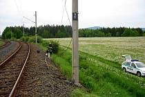 NA ŽELEZNIČNÍ TRATI V ŽIROVICÍCH se pokusili dva muži ukrást kabely z traťového vedení. Jeden ze zlodějů ale skončil v nemocnici s popáleninami a vnitřním zraněním.