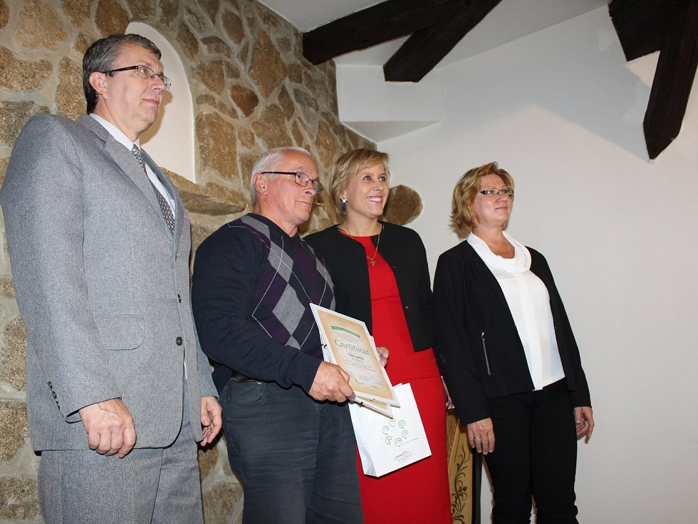 Výsledky celostátní soutěže o třídění odpadu, si vyslechli zástupci obcí a měst a Karlovarského kraje v prostorách románského hradu Seeberg u Františkových Lázní.