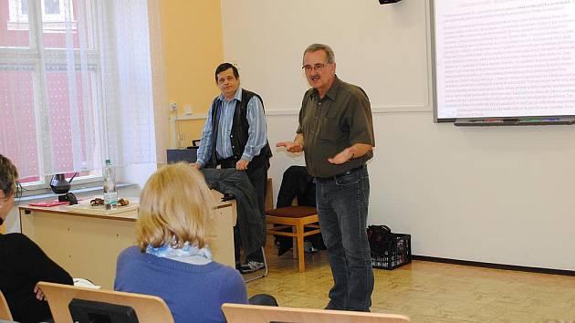PŘEDSTAVITELÉ občanského sdružení Cespo Petr Novák (zleva) a Milan Holub informovali studenty chebské Střední zdravotnické školy a Vyšší odborné školy o životě neslyšících a nedoslýchavých.
