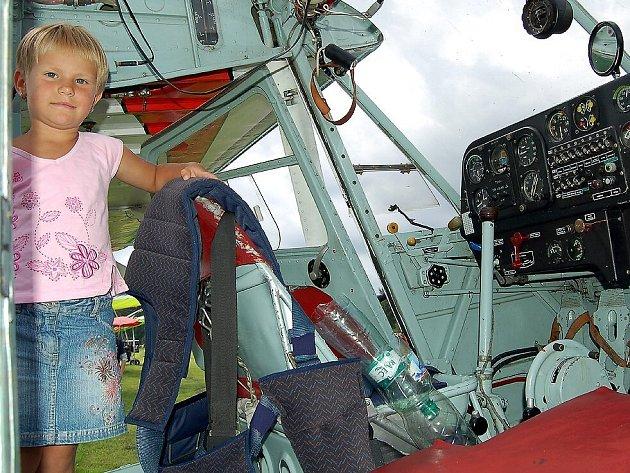 Letadla na sletu v Mariánských Lázních - Sklářích lákala malé i velké. Terezka Korčáková nebyla výjimkou